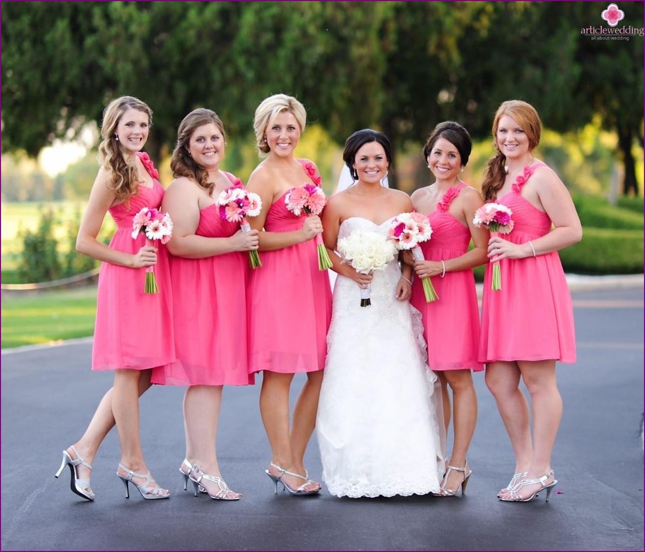 Mismo vestido de damas de honor: los pros y los contras de capricho