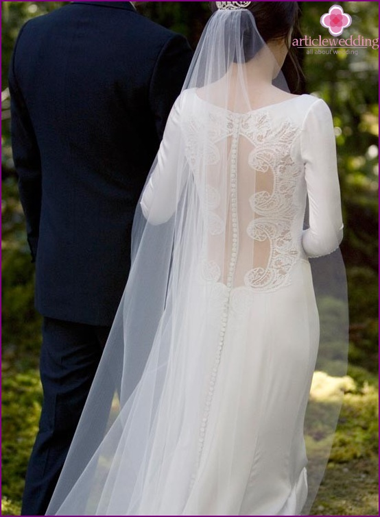 Dress with an open back and a long veil