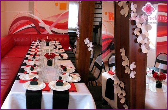 The combination of black, white and red in the wedding decor
