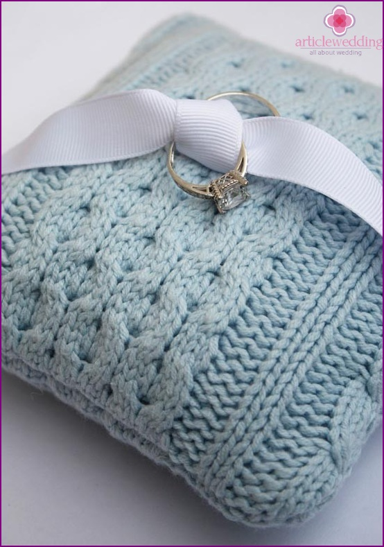 Knitted cushion for the rings