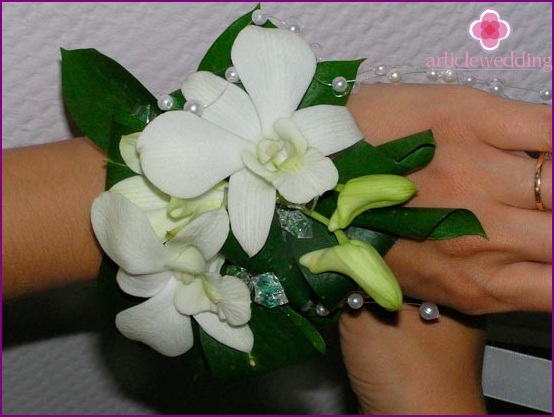 Bracelet on the arm of flowers with pearls and beads