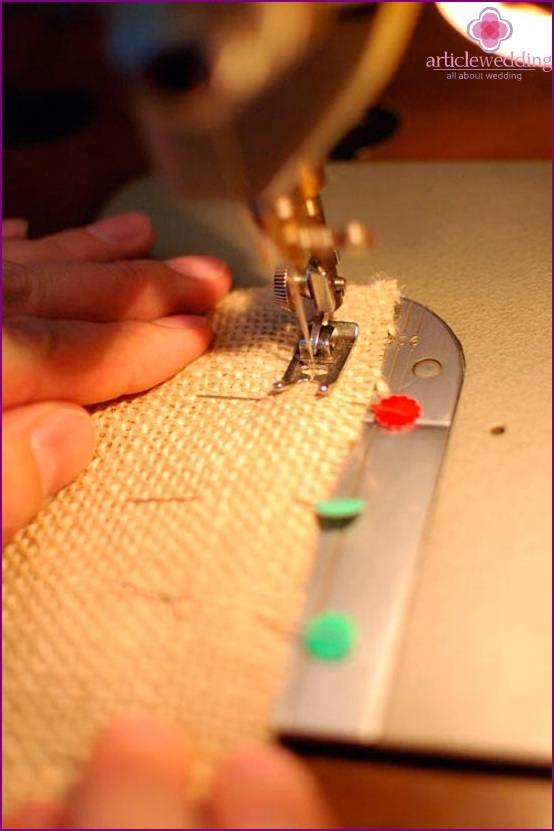 Sew the edges on the sewing machine