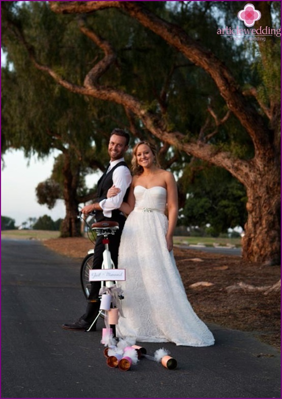 Bicycle with garland - newlyweds tuple