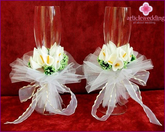 Glasses for the newlyweds - central wedding accessory