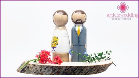 Figurines newlyweds with their hands