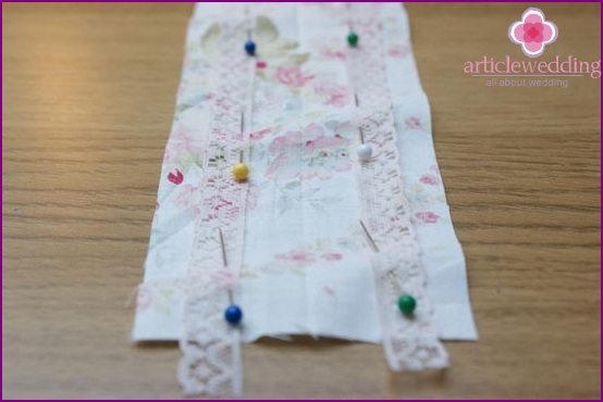 Pin the lace on both sides of the fabric