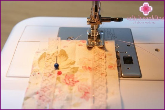 Sew the lace to tani