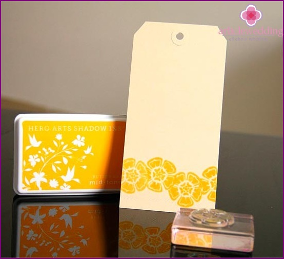 Using a set of stamping to apply the pattern on tag