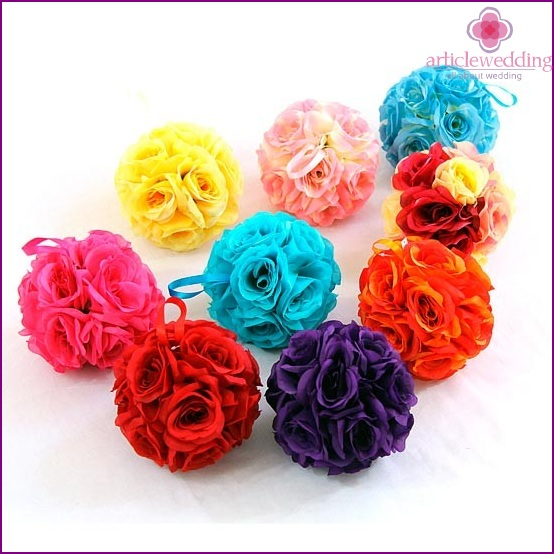 Balls of artificial flowers