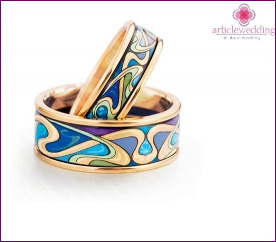 Wedding ring with a color pattern