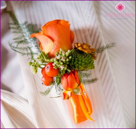 Autumn boutonniere for the groom