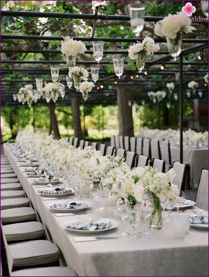 White flowers in the decoration of the tables