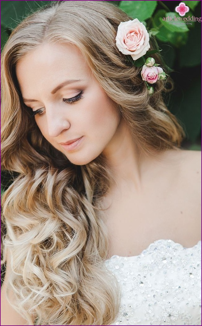 Wedding hairstyle with roses
