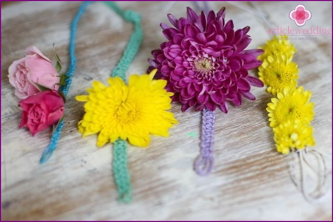 Model-macrame bracelets with natural flowers