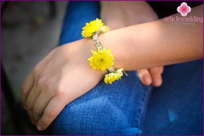 Bracelet with yellow chrysanthemums