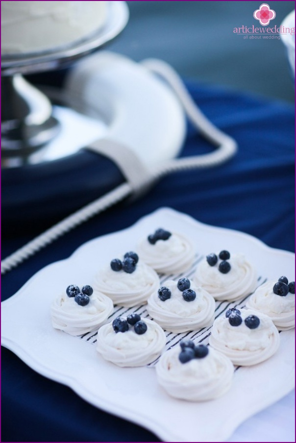 Meringues with blueberries