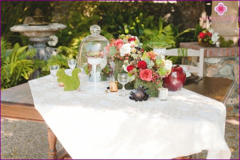 "The decor of the table in the style of ""Snow White and the Seven Dwarfs"""
