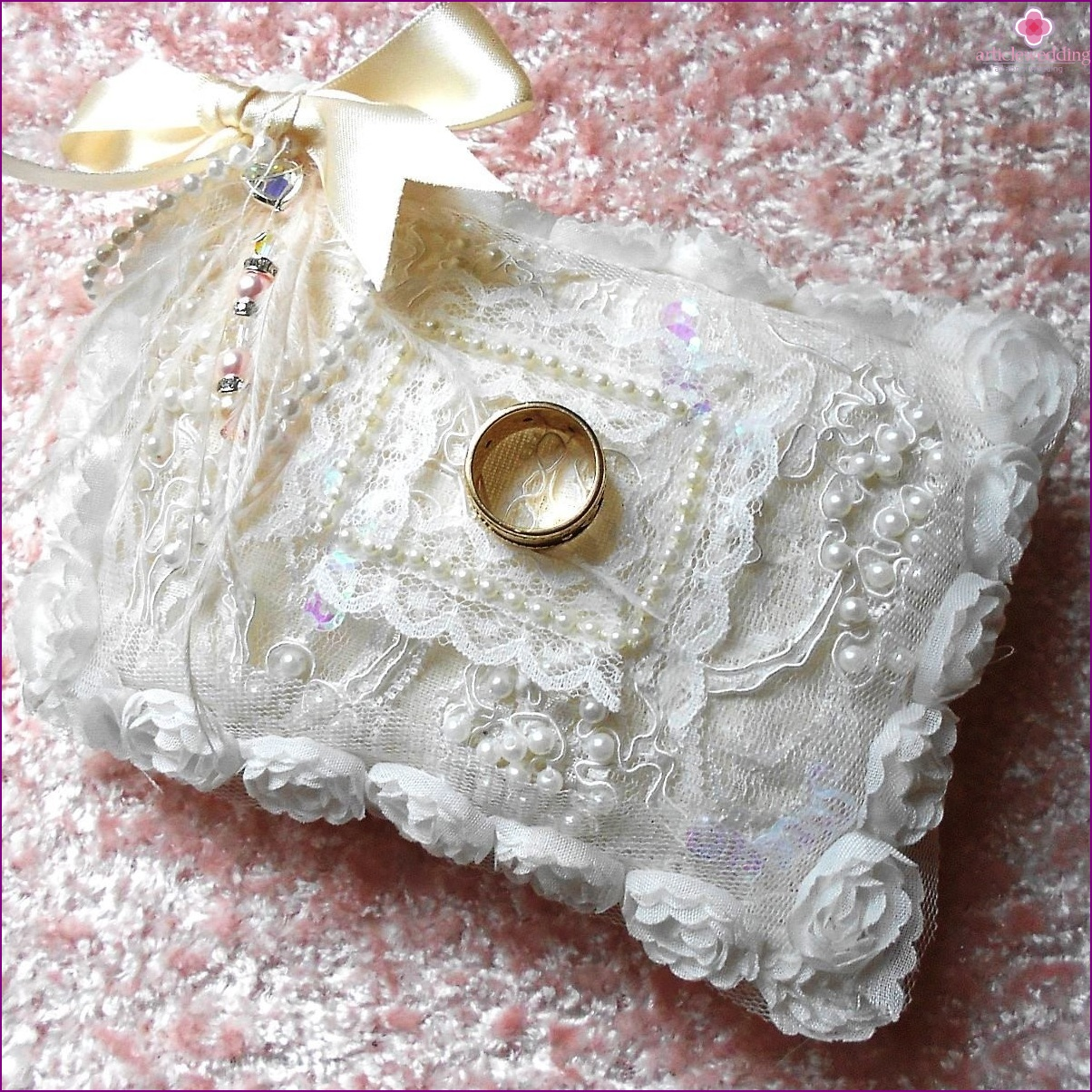 "Cushion for the rings in the style of ""Shabby chic"""