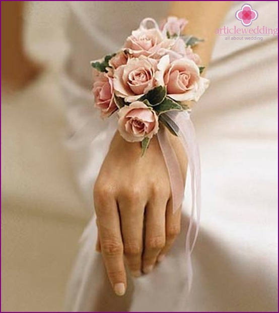 Bracelet bride with flowers