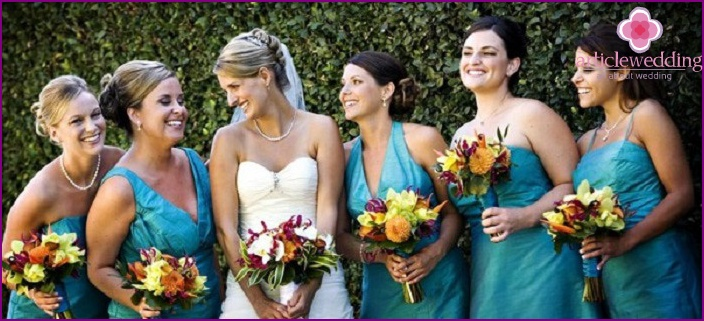 bridesmaids clothes: one color and different styles