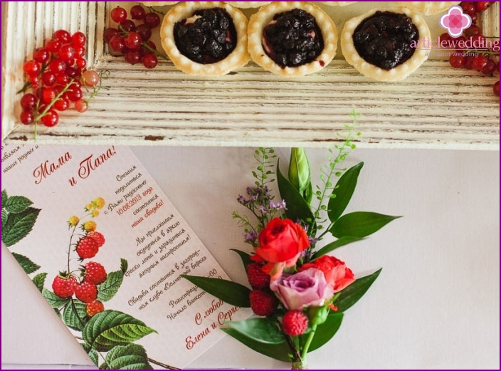 Wedding invitations for guests with berry motifs