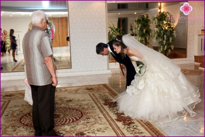 Bowing to parents at the wedding
