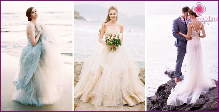 Photoshoot newlyweds on the sea