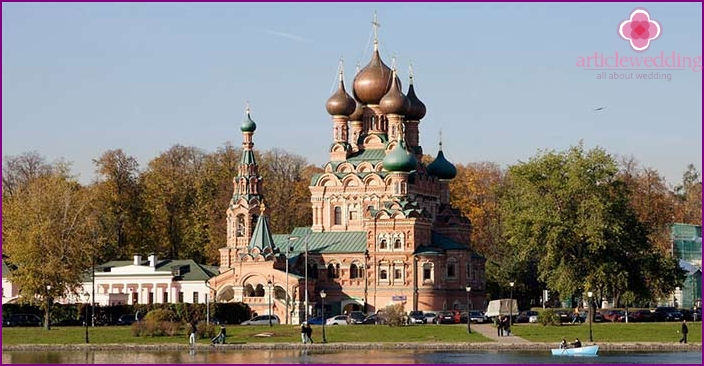 newlyweds walking route includes Ostankino