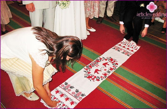 Wedding customs in Russia: Wedding with a towel