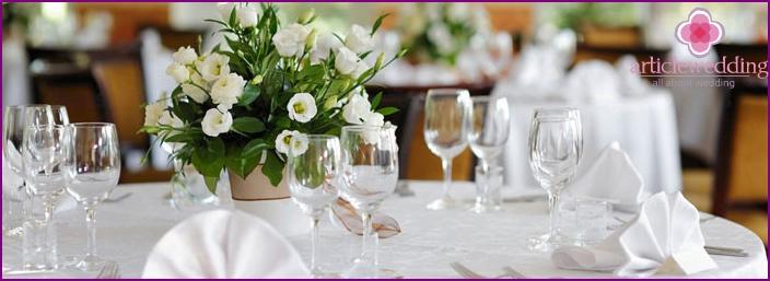 Arrange tables in the buffet