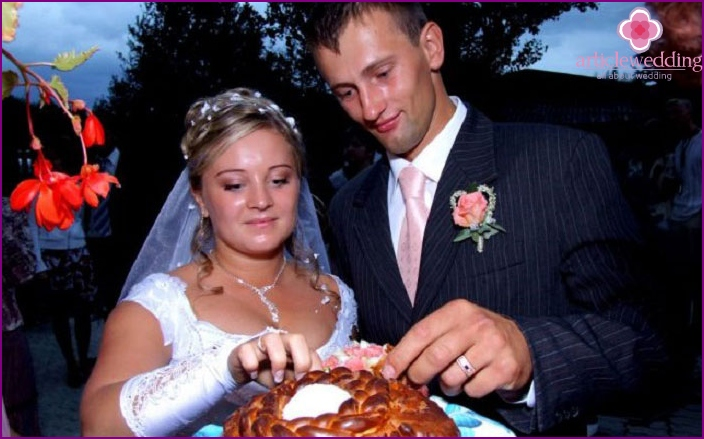 Meeting newlyweds with bread and salt