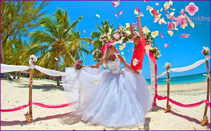 Wedding on the shores of the azure sea