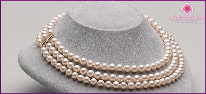 Pearl necklace for his wife on the anniversary