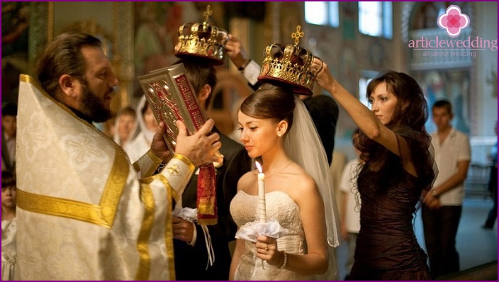 Witnesses with crowns in their hands