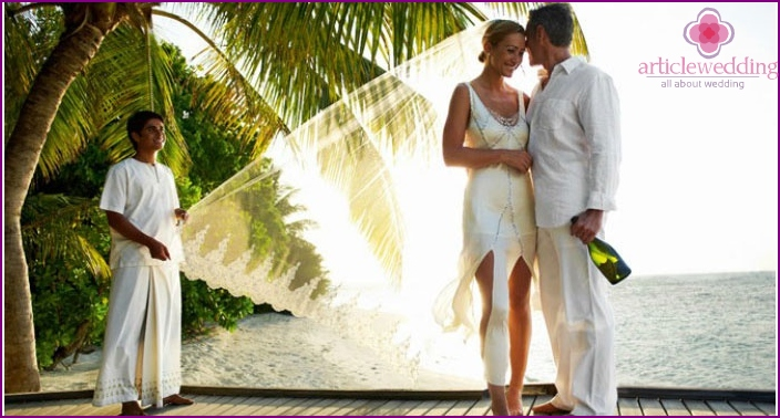 The image of the bride and groom in the Maldives