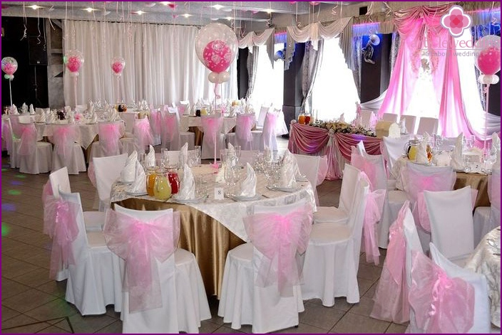 The decor of the banquet hall for the wedding with their own hands