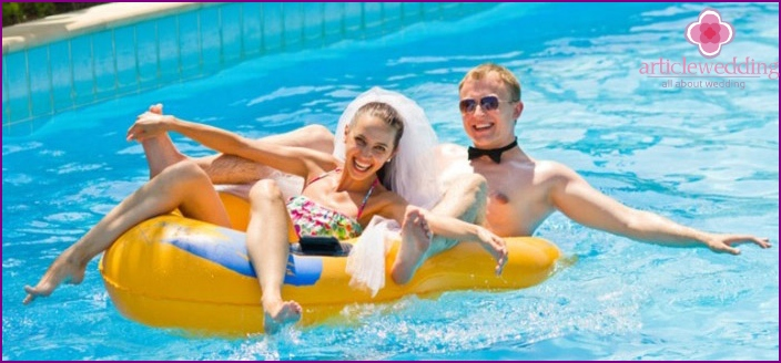 Budget Wedding in water park