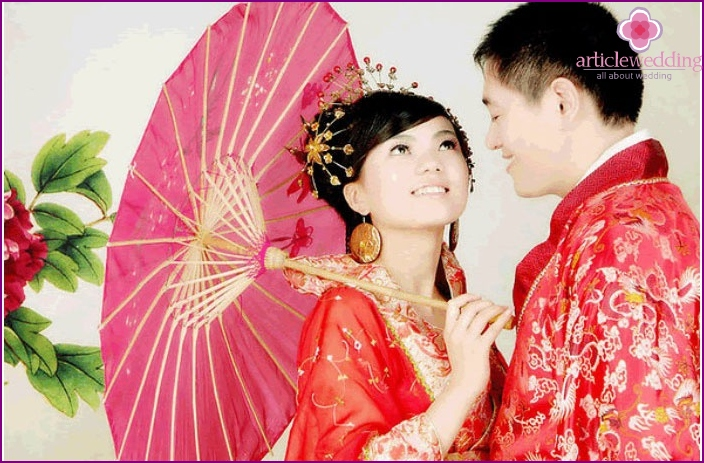 The image of the groom in a traditional suit in China