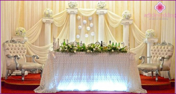 The decor of the wedding hall columns