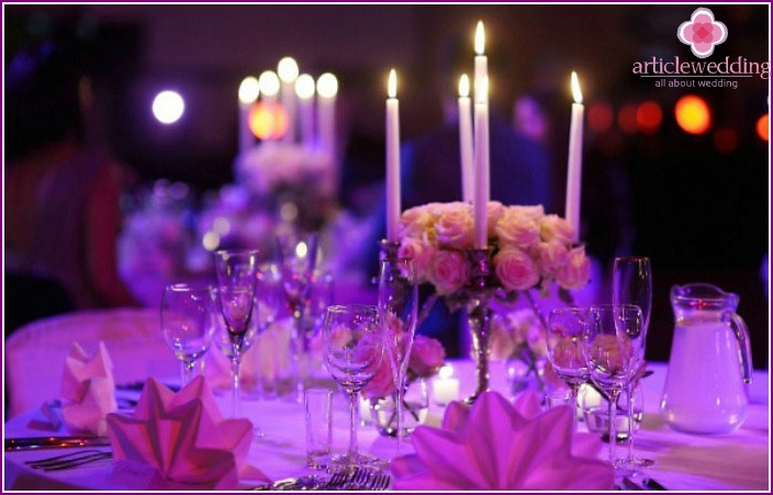 The decor of the banquet hall with candles