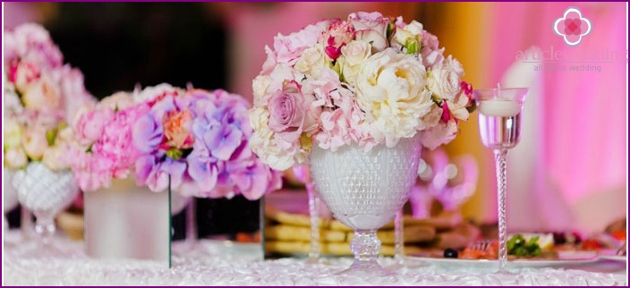 Flowers - the main element of the Empire decor