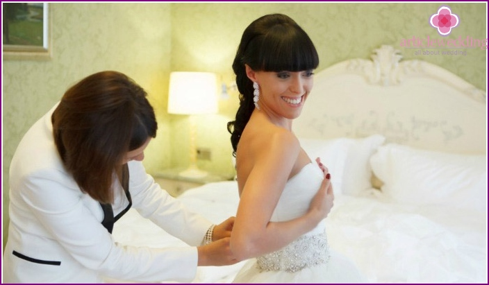The manager helps the bride with wedding morning routine