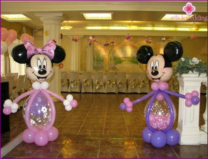 Wedding hall decorated with balloons in the form of figures