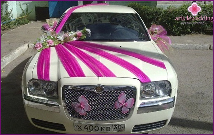 Decoration of the wedding car ribbons