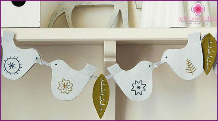 Garland with felt on the wedding pigeons