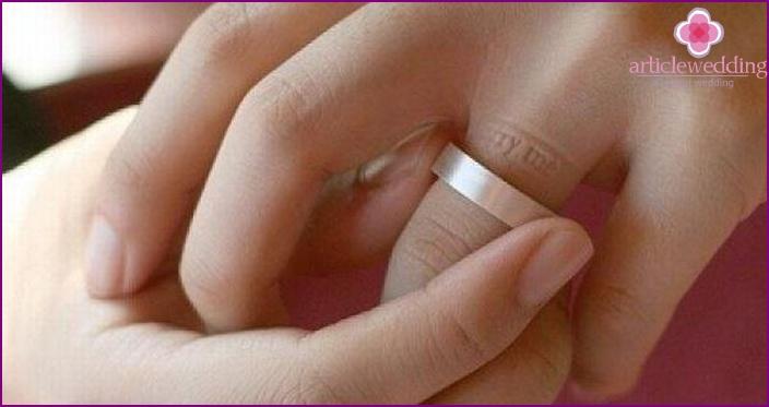 Ring, leaving imprints