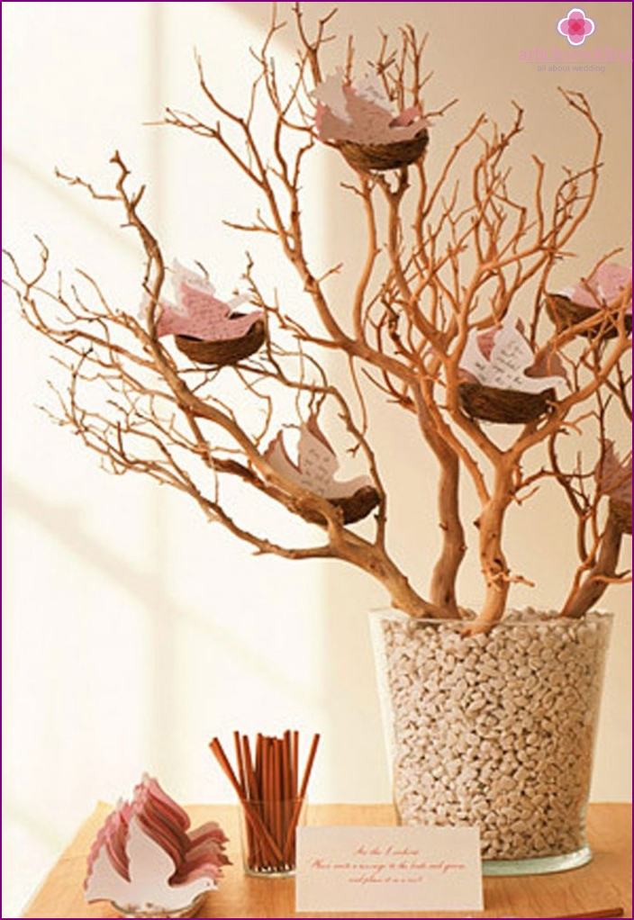 The decor of the branches for wedding wishes