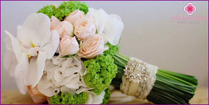 Flowers in a gift to the newlyweds