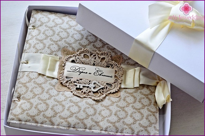 Decorated box for skrapbukingovogo wedding album