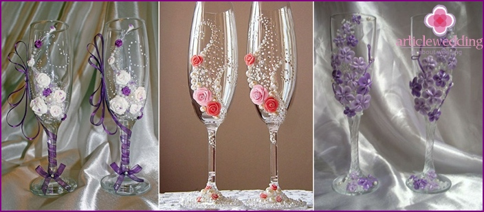 Wedding glasses decorated with flowers made of porcelain